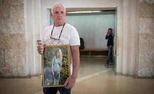 רפי לבנגרונד עם תמונת בתו קים (צילום: יונתן זינדל / פלאש 90, חדשות)