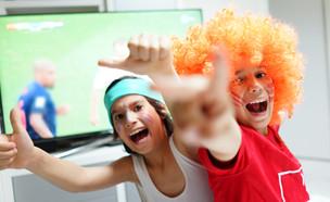 צופים במשחק כדורגל בטלוויזיה (צילום: ESB Professional, shutterstock)