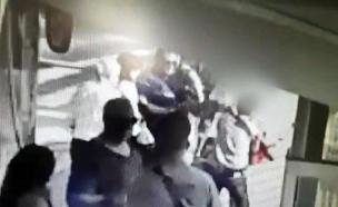 תיעוד ממשפט תקיפת פקחית בחיפה (צילום: מצלמות אבטחה, חדשות)