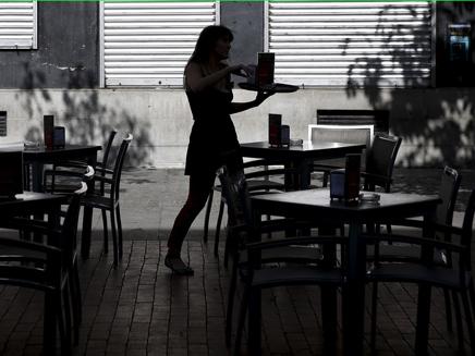 אילוסטרציה מלצרית מגישה בית קפה