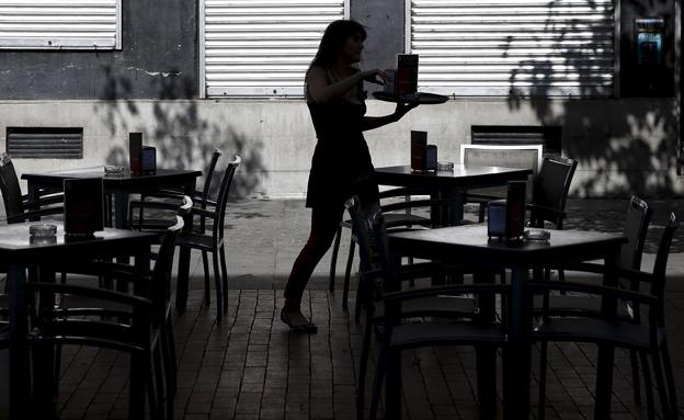 אילוסטרציה מלצרית מגישה בית קפה (צילום: רויטרס, חדשות)