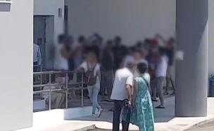 הורי החשודים באונס בקפריסין, בחגיגות על שחרורם (צילום: החדשות)