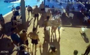 מציל בבריכה באופקים שניסה להפריד - כמעט נדקר (צילום: מצלמות אבטחה, חדשות)