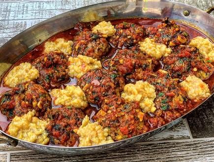 קציצות דגים ברוטב עגבניות עם חומוס כתוש (צילום: רעות עזר, אוכל טוב)