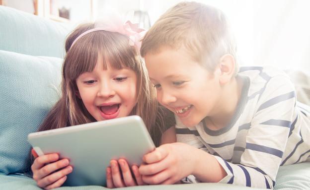 ילדים עם טאבלט (צילום: shutterstock)