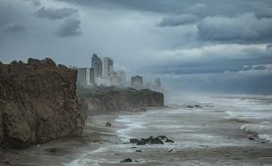 חוף ים סוער (צילום: ענת חרמוני, פלאש 90)