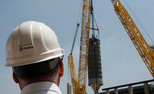 פועל בניין באתר בנייה (צילום: רויטרס)