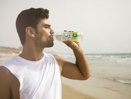 גבר שותה מים נביעות  (צילום: ליאור נורדמן)