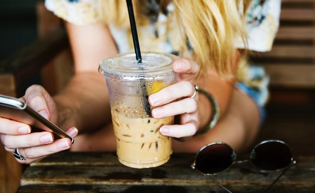 אישה שותה קפה קר (צילום: unsplash)