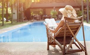 אישה יושבת מול בריכה וקוראת ספר (אילוסטרציה: Song_about_summer, shutterstock)