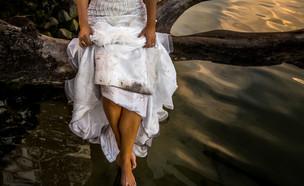 חתן וכלה עם בגדים מלוכלכים  (צילום: By Dafna A.meron, shutterstock)