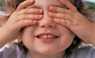 ילדה מסתירה את העיניים (צילום: אימג'בנק / Thinkstock)