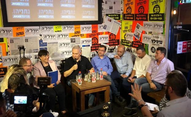 ראש הממשלה בנימין נתניהו במפגש עם ישראלים דוברי רוסית בפאב (צילום: באדיבות הליכוד, דוברות הליכוד)