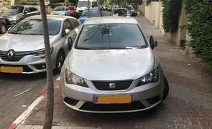 רכב חונה על המדרכה בתל אביב (צילום: בר לביא, גלובס)
