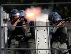 הונג קונג: מפגינים ירו חצים על כוחות המשטרה