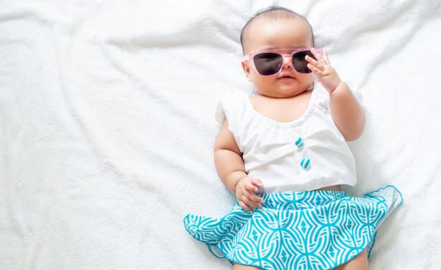 תינוקת עם משקפי שמש לובשת בגד ים (אילוסטרציה: shutterstock)