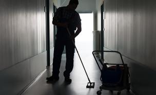 האם העסקה ישירה של עובדי הקבלן היא הפתרון? (אילוסטרציה: By Andrey_Popov, shutterstock)