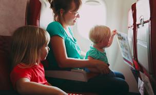 משפחה במטוס (צילום:  NadyaEugene, shutterstock)