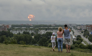 פיצוצים במחסן נשק בסיביר (צילום: AP)