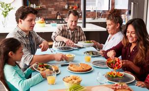 משפחה אוכלת ארוחת ערב (אילוסטרציה: Monkey Business Images, shutterstock)
