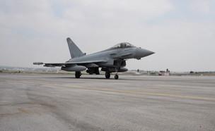 נחיתת מטוס קרב בריטי בישראל (צילום: חוסין אל אוברה)