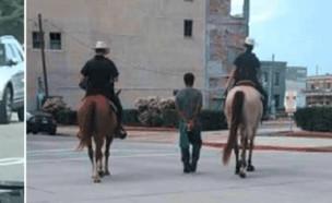 """גבר שחור שמובל ע""""י שוטרים על סוסים בטקסס (צילום: Twitter/AdrBell)"""