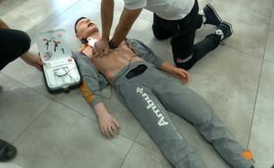 חובשים ודפיברילטור, מכשיר רפואי שמציל מדום לב (צילום: החדשות 12)