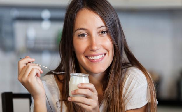 אישה אוכלת יוגורט (צילום:  By Everything yo want to see, shutterstock)