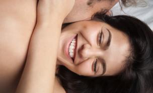 מחייכת במיטה, סקס (צילום:  fizkes, shutterstock)