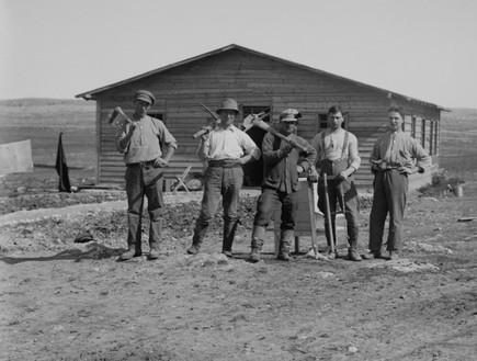 קיבוץ ישראלי בשנת 1920 (צילום: By Everett Historical | Shutterstock)