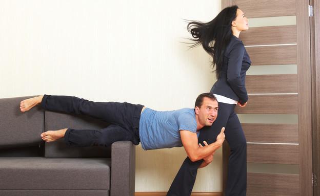 גבר נתלה על רגל של אישה (אילוסטרציה: Valery Sidelnykov, shutterstock)