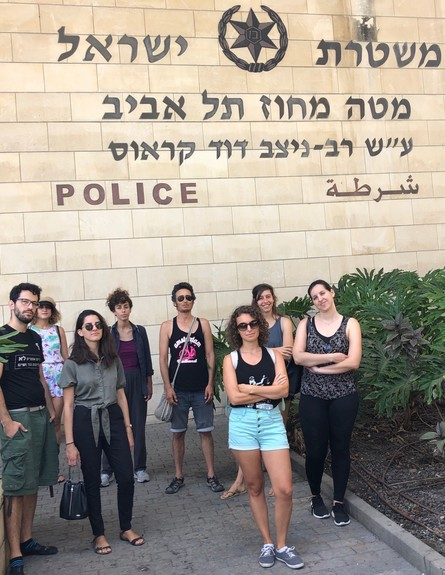 הפעילות והפעילים בפתח תחנת המשטרה הבוקר (צילום: מאשה אברבוך)