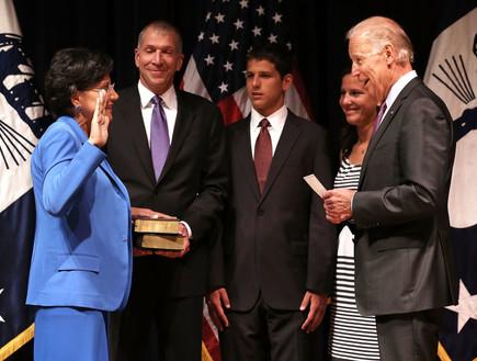 ג'ו ביידן משביע את פני פריצקר לשרת המסחר של ארצות הברית