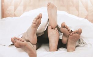 שלושה זוגות רגליים במיטה (צילום: Axel Bueckert)