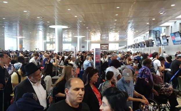 """נתבג, נתב""""ג, שדה תעופה, מזוודות, מזוודה, עיכוב (צילום: חדשות 12)"""