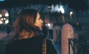 אישה הולכת בלילה (צילום:  KeyStock, ShutterStock)