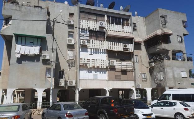 הבניין בלוד שבו נמצאה בת ה-5 קשורה (צילום: החדשות 12)