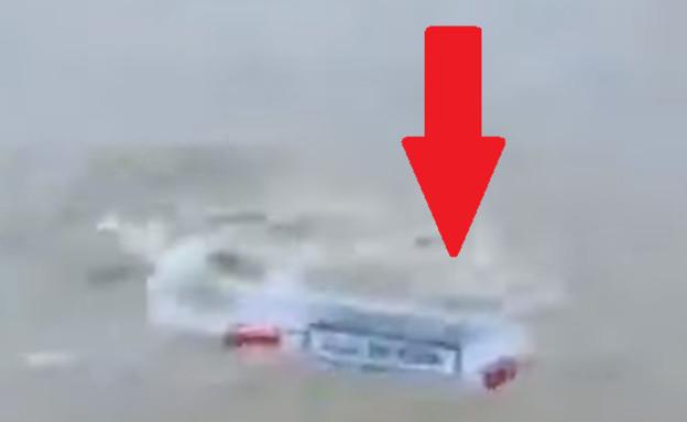 זרק את המכונית למים (צילום: יוטיוב\IndiaTV)