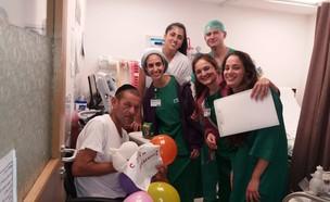 חוגגים יום הולדת במיון לדר הרחוב (צילום: בית חולים לניאדו)