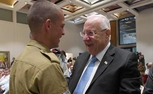 """סמל יוסי שישמן והנשיא ריבלין (צילום: מארק ניימן, לע""""מ)"""
