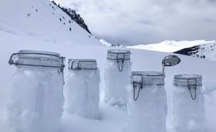 דגימות השלג בהן נמצאו חלקיקי פלסטיק (צילום: Sakchai Lalit | AP)