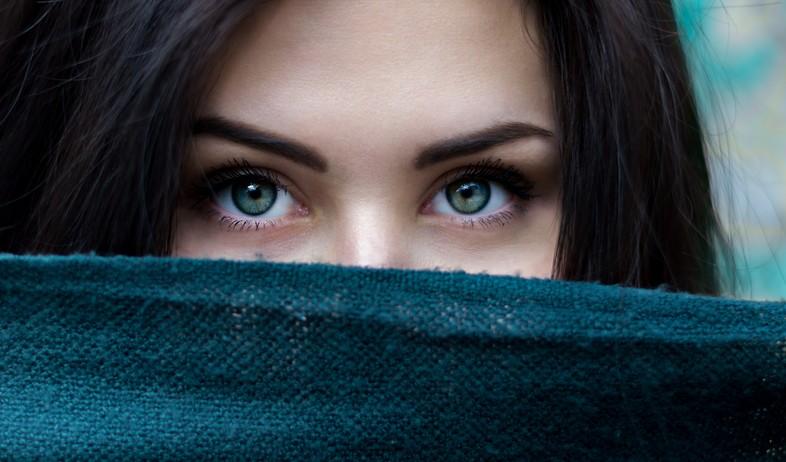 קלוז אפ פנים אישה עיניים (צילום: alexandru-zdrobau, unsplash)