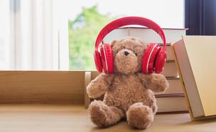 אוזניות אדומות על דובי (צילום: ET Tisomboon, ShutterStock)