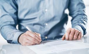 גבר חותם על מסמך (צילום: shutterstock, Nadezda Barkova)
