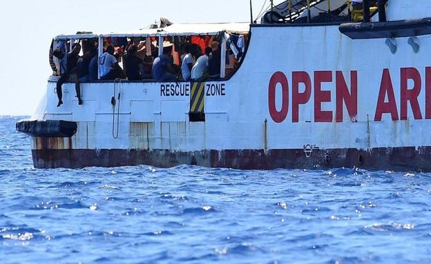מהגרים על סיפון ספינת הסיוע (צילום: sky news, skynews)