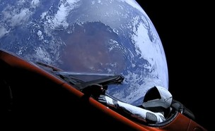 רכב ה-Roadster האישי של מאסק ועליו בובת Starman (צילום: SpacX)