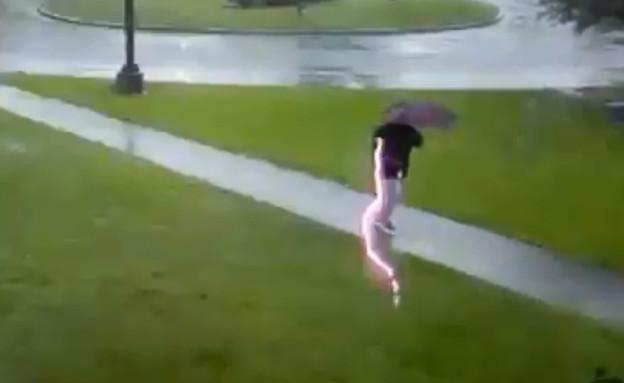 """אדם ניצל מפגיעת ברק בדרום קרוליינה, ארה""""ב (צילום: Menno Swart, טוויטר)"""