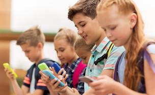 ילדים בטלפון (אילוסטרציה: 123rf)
