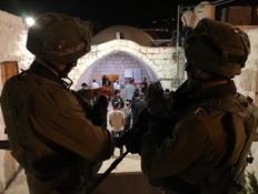 """מטען חבלה הושלך לעבר לוחמי צה""""ל בקבר יוסף"""