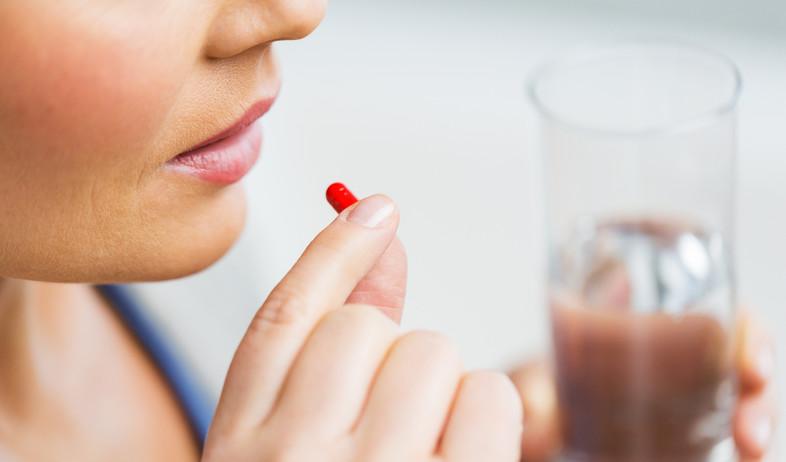 אישה לוקחת תרופה (צילום:  Syda Productions, shutterstock)